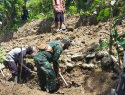 Babinsa dan Masyarakat Gotong Royong Bangun Jalan di Pakapasan Hilir