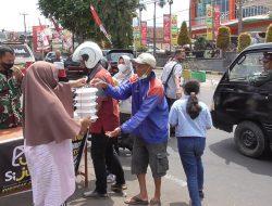 Si Jum Kuningan dan TNI Bagikan Ratusan Paket Makan Siang