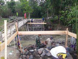 Babinsa dan Warga Cimahi Dirikan Pondasi Jembatan