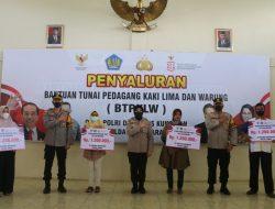 PKL dan Pemilik Warung Diberi Bantuan Tunai Oleh Polres Kuningan