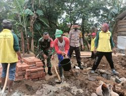 Babinsa Bandorasa Kulon Peduli Pendidikan, Ikut Bangun TBM