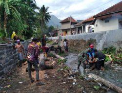 Masuk Musim Hujan, Babinsa dan Warga Bersihkan Sungai Ciangir
